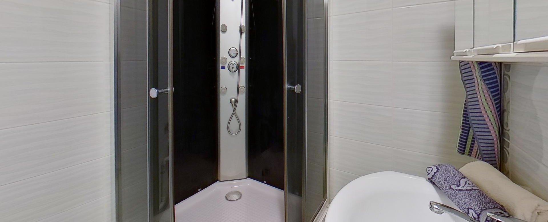 Kúpeľňa so sprchovým kútom 3-izbového bytu v pôdovnom stave na Pražskej ulici v Košiciach