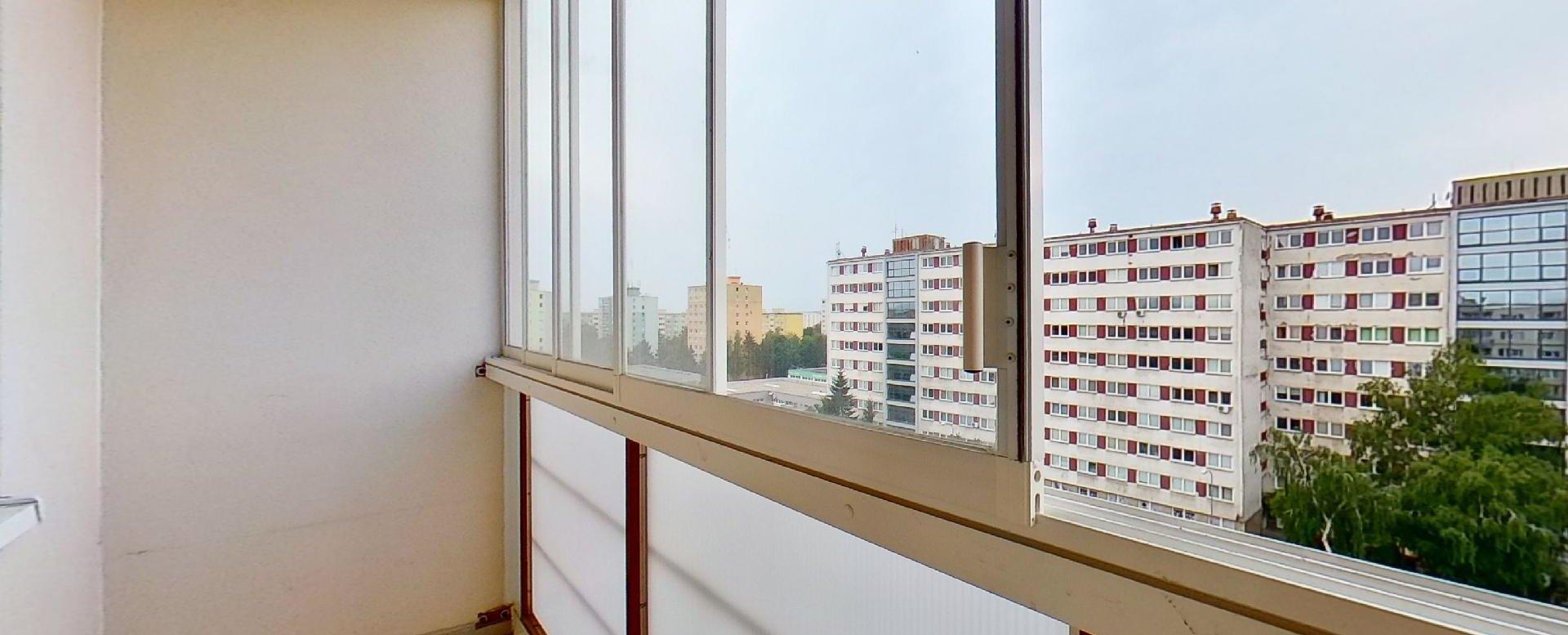 Lodžia 3-izbového bytu v pôdovnom stave na Pražskej ulici v Košiciach