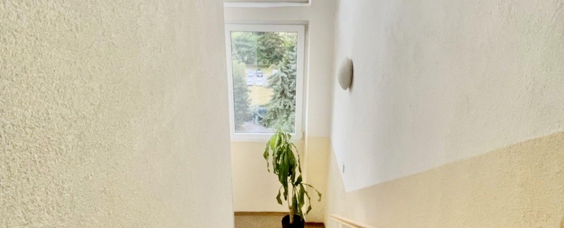 Schodisko bytového domu na Pražskej ulici v Košiciach