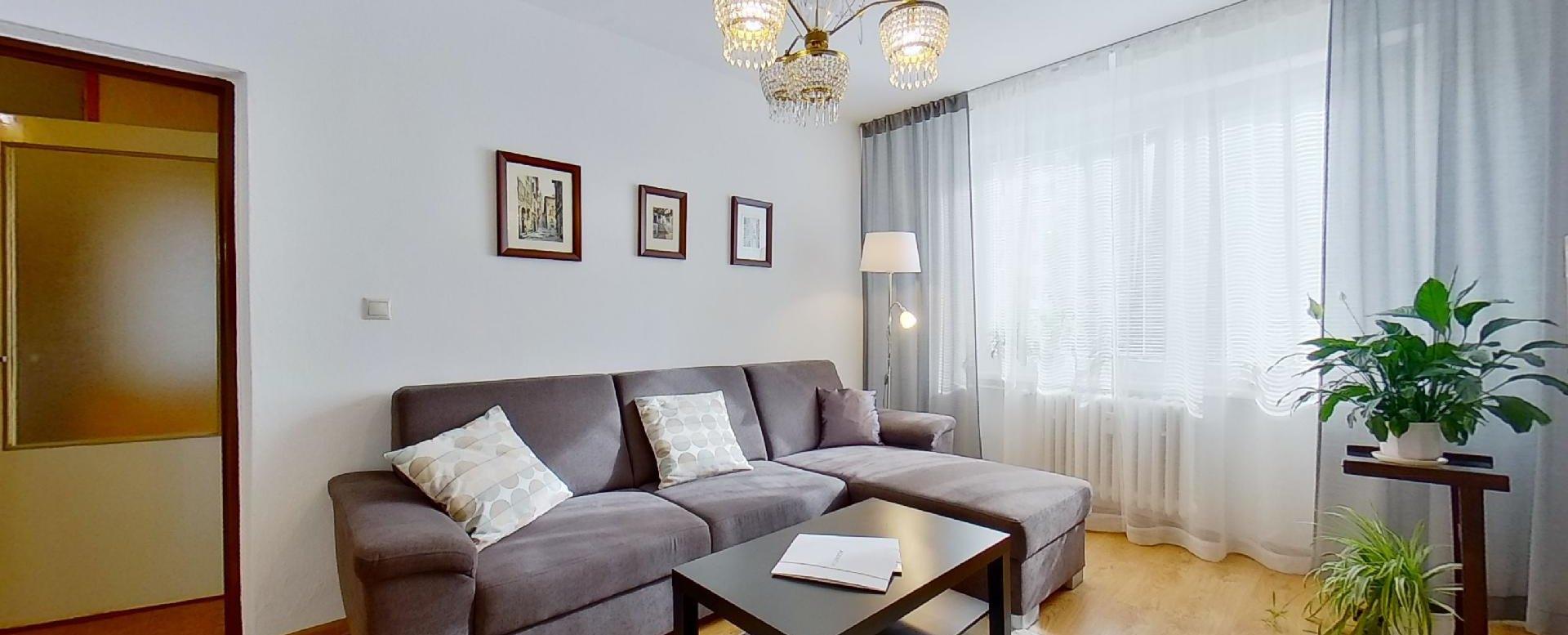sedacia súprava a konferenčný stolík v obývacej izbe