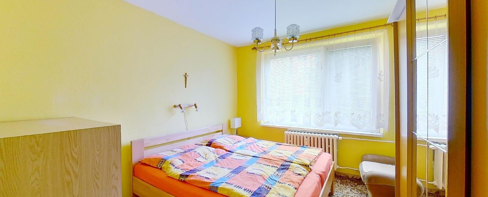 spálňa a manželská posteľ