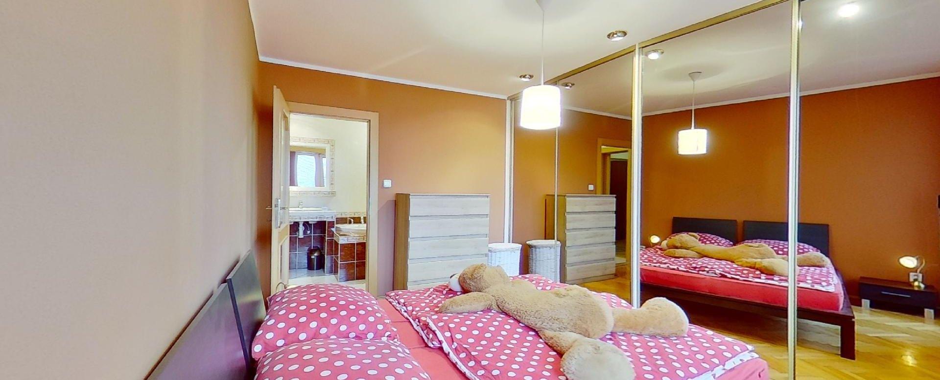 vstavané zrkadlové skrine v spálni