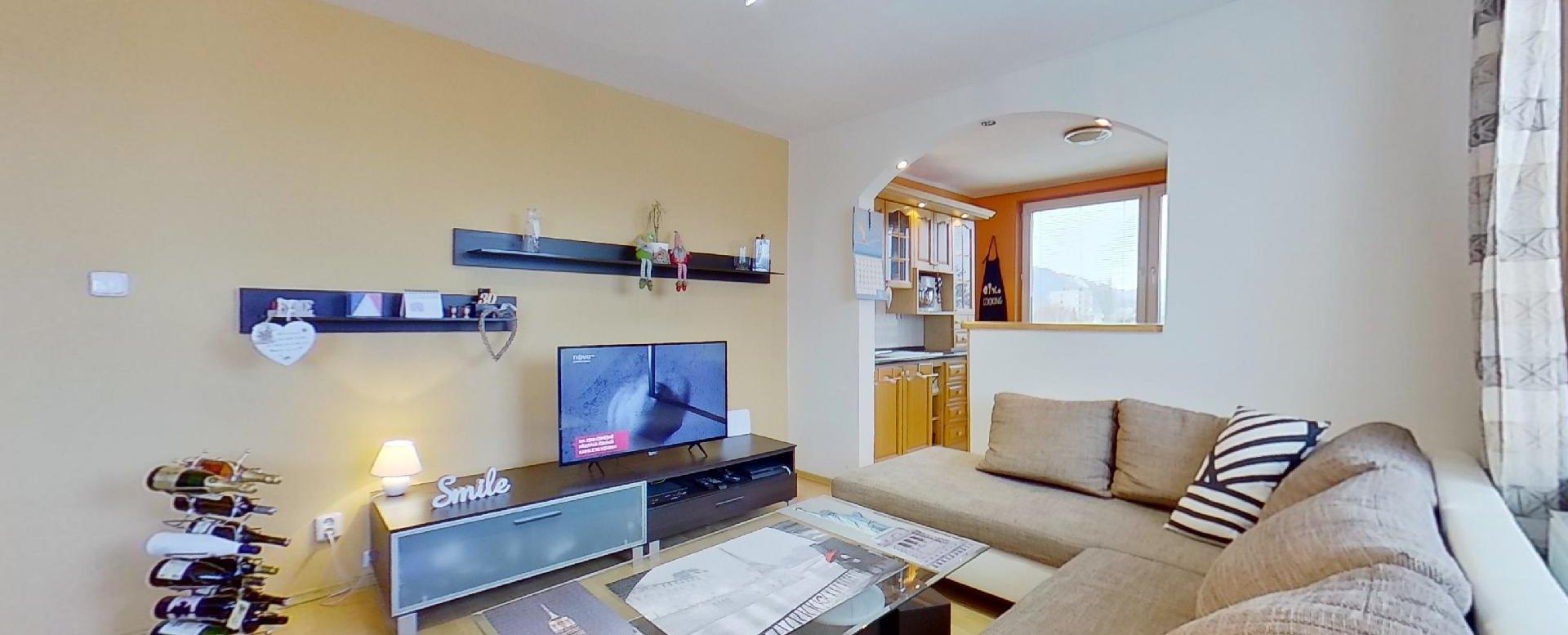 tv, nábyto a sedacia súprava v obývacej izbe