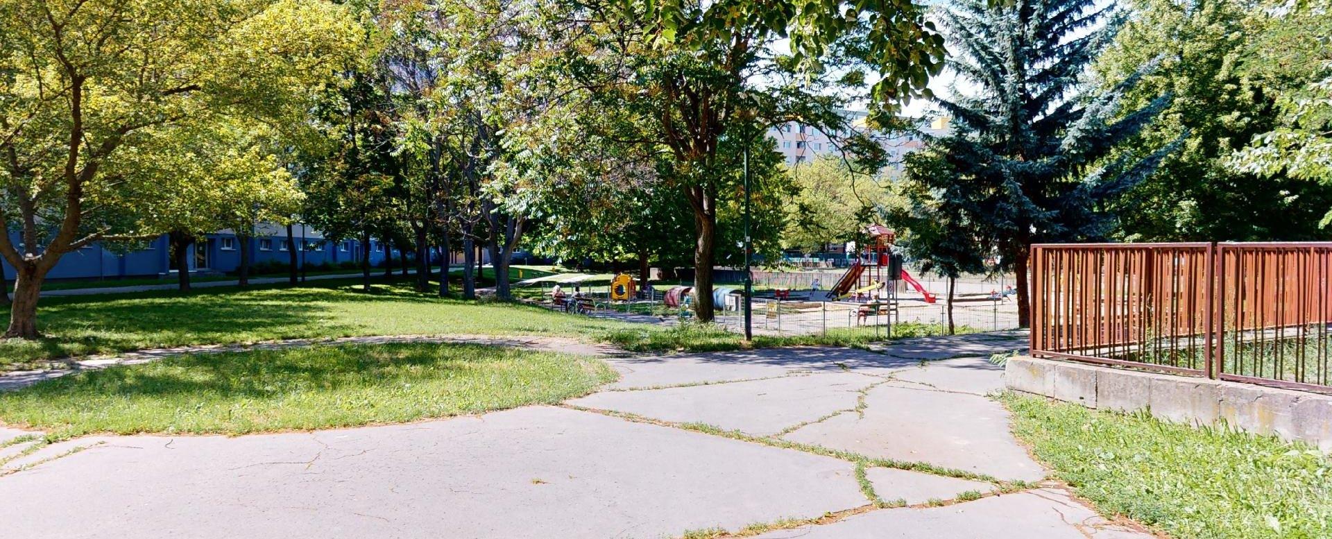 Okolie bytového domu cesta k detskému ihrisku