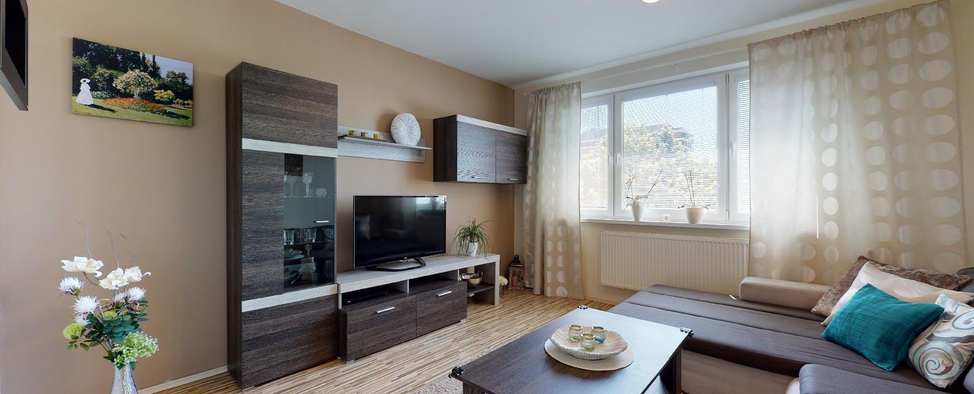 Pohľad do obývacej izby bytu