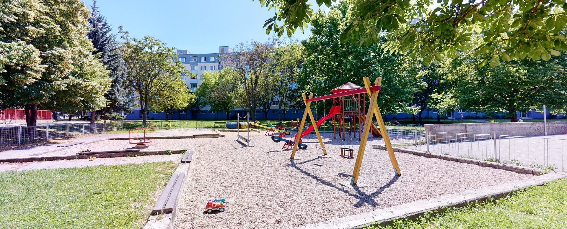 Detské ihrisko za bytovým domom
