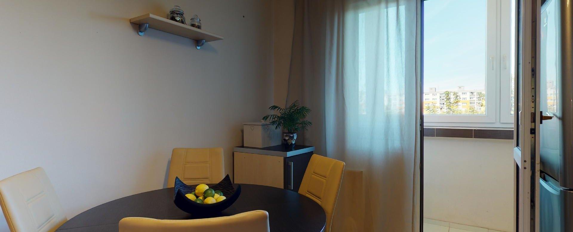 Kuchyňa s kuchynským stolom a stoličkami