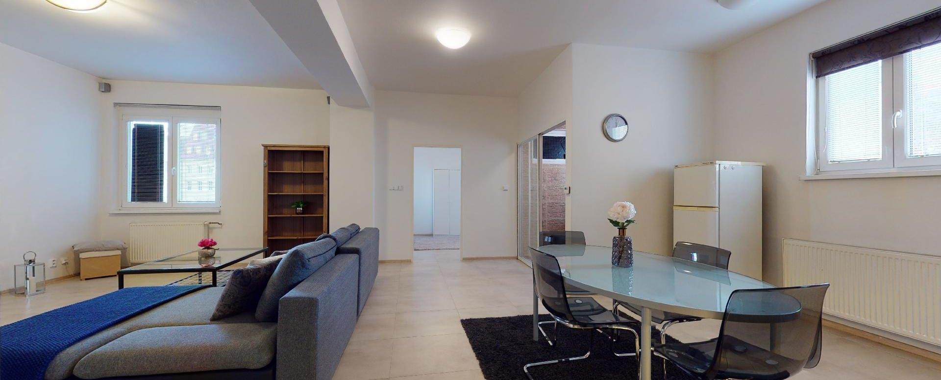 Pohľad na jednáleň a obývačku 2-izbového bytu v Manderláku