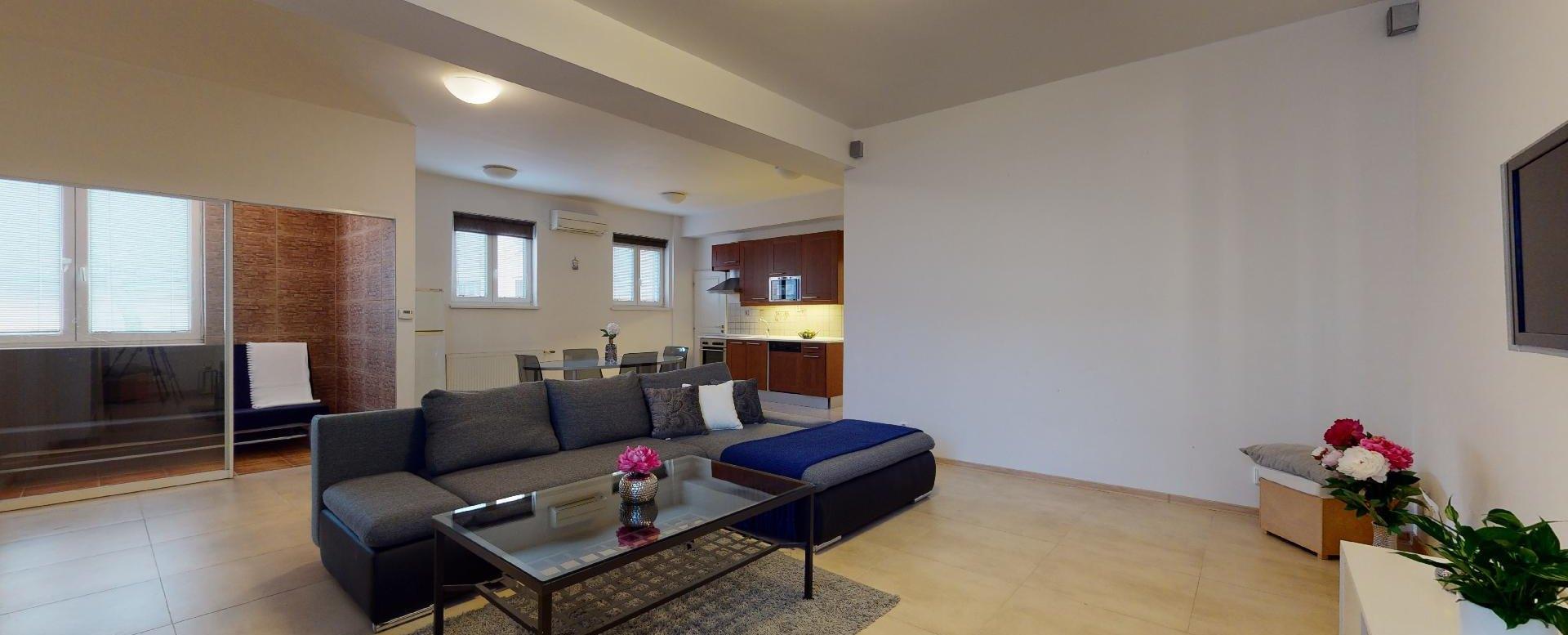Pohľad na obývaciu izbu s kuchyňou 2-izbového bytu v Manderláku