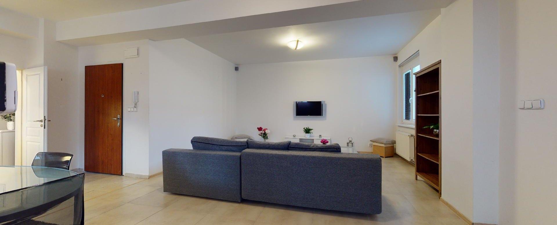 Pohľad na obývaciu izbu 2-izbového bytu v Manderláku