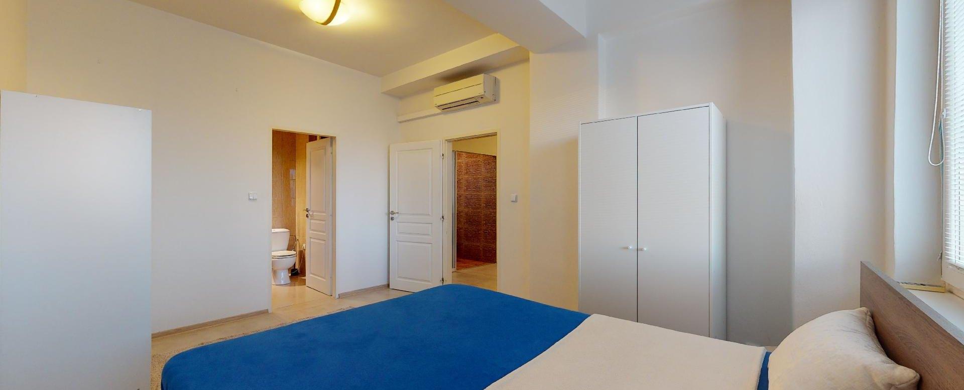 Pohľad na spálňu so skriňami a klimatizáciou 2-izbového bytu v Manderláku