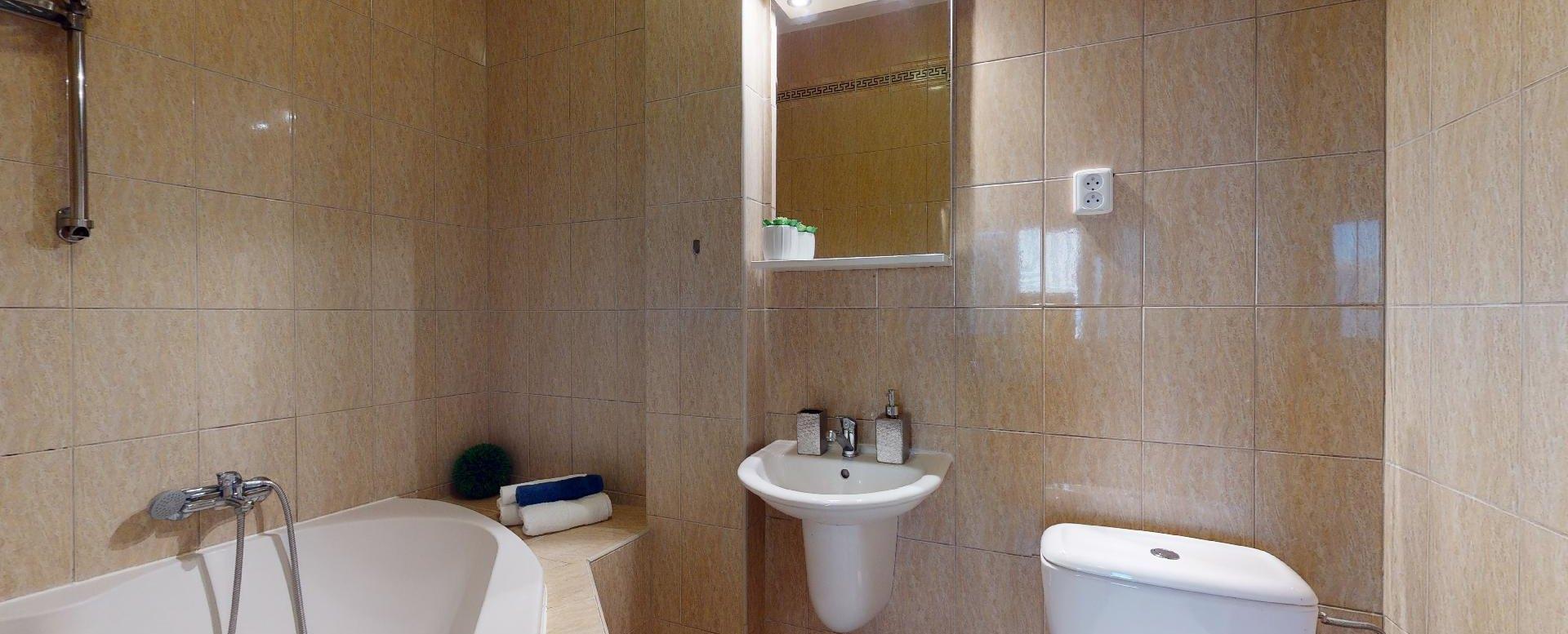 Pohľad do kúpelne 2-izbového bytu v Manderláku