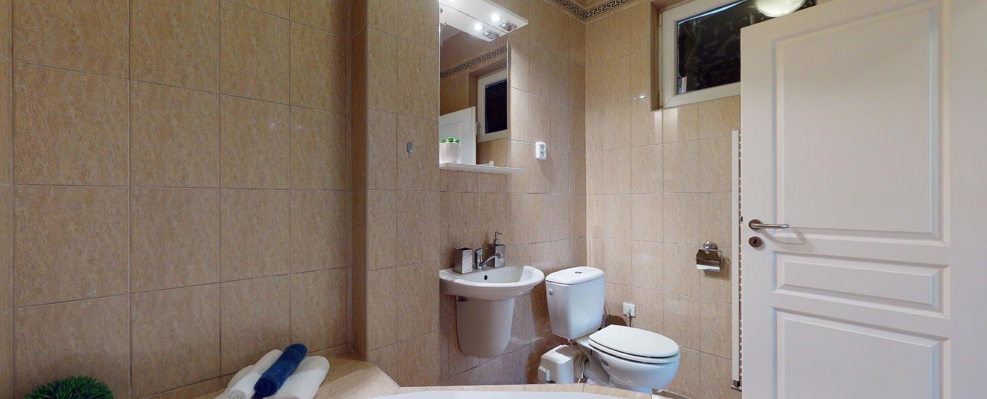 Pohľad na umývadlo a toaletu 2-izbového bytu v Manderláku