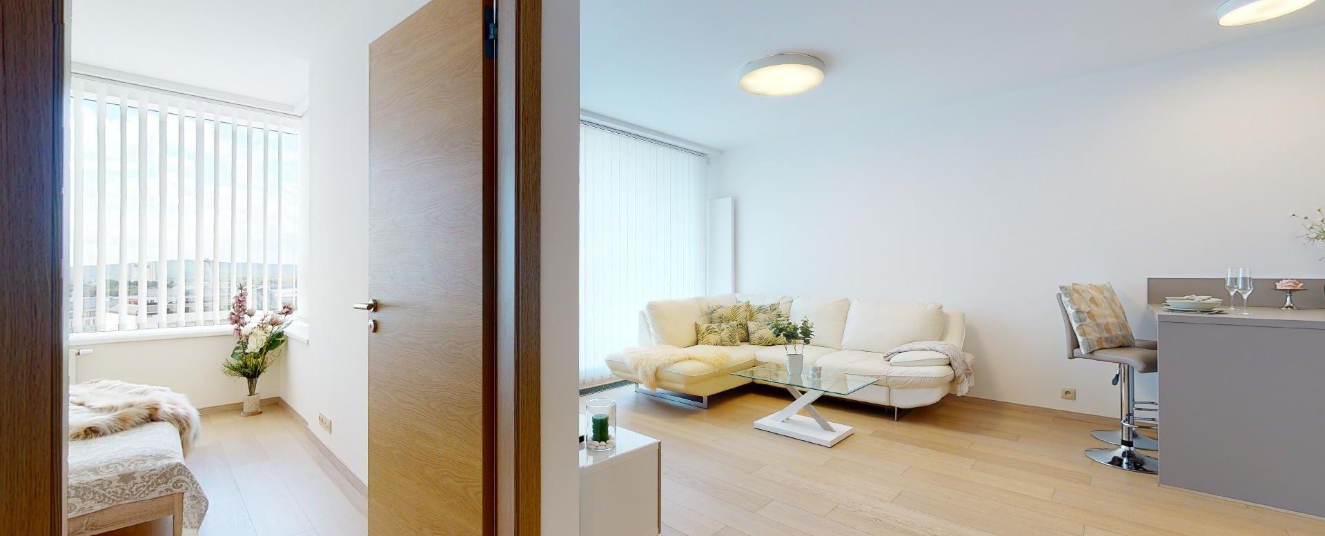 Pohľad do spálne a obývacej izby v 2-izbovom byte v Panorama Towers - Eurovea City