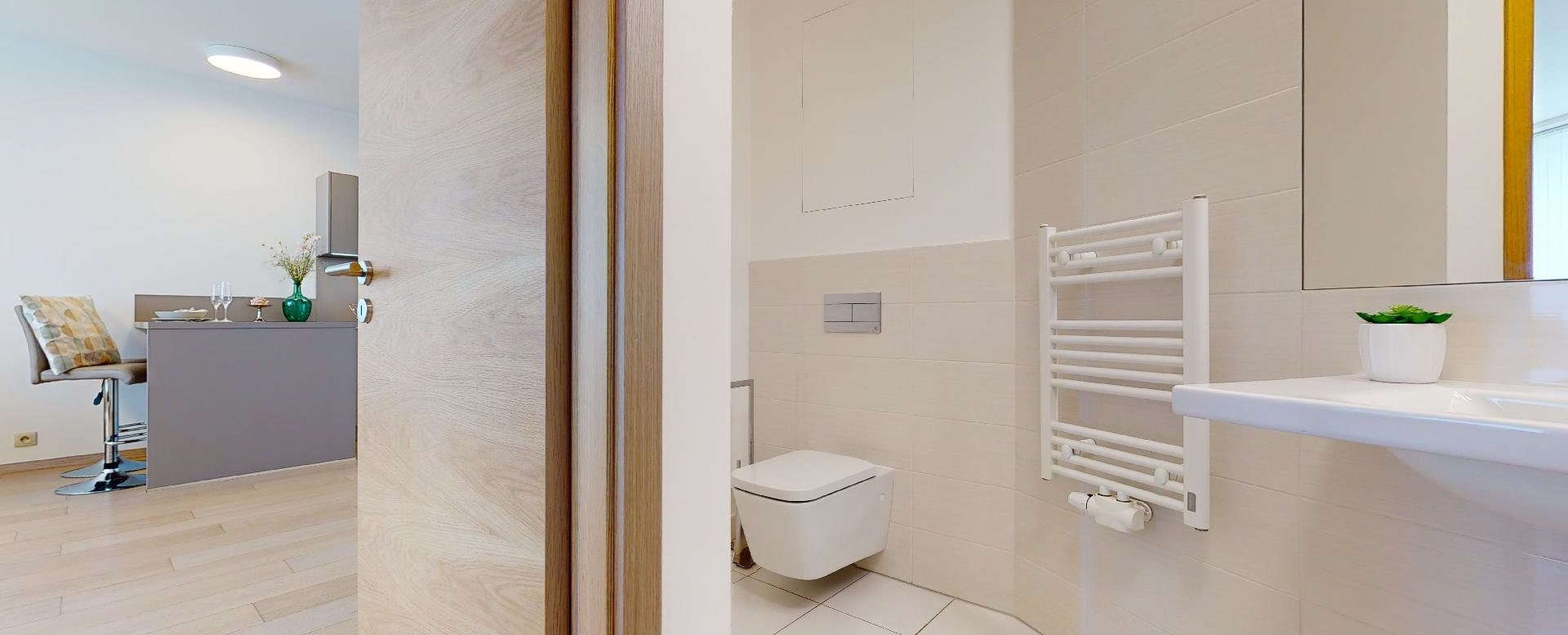 Moderná kúpeľňa s toaletou v 2-izbovom byte v Panorama Towers - Eurovea City