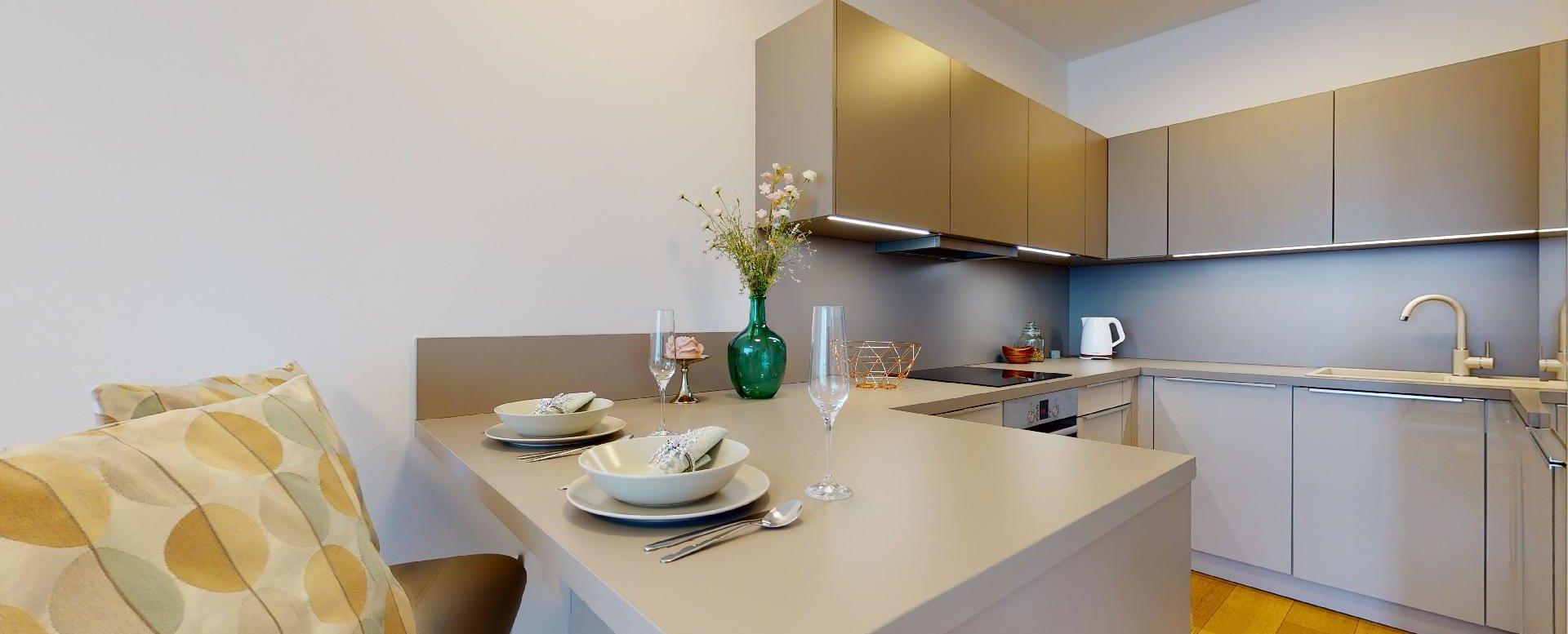 Moderná kuchyňa a sedenie pre dvoch v 2-izbovom byte v Panorama Towers - Eurovea City