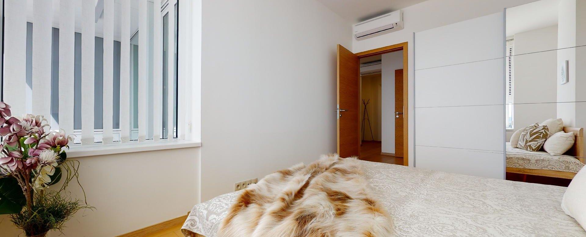 Spálňa so skriňou a klimatizáciou v 2-izbovom byte v Panorama Towers - Eurovea City
