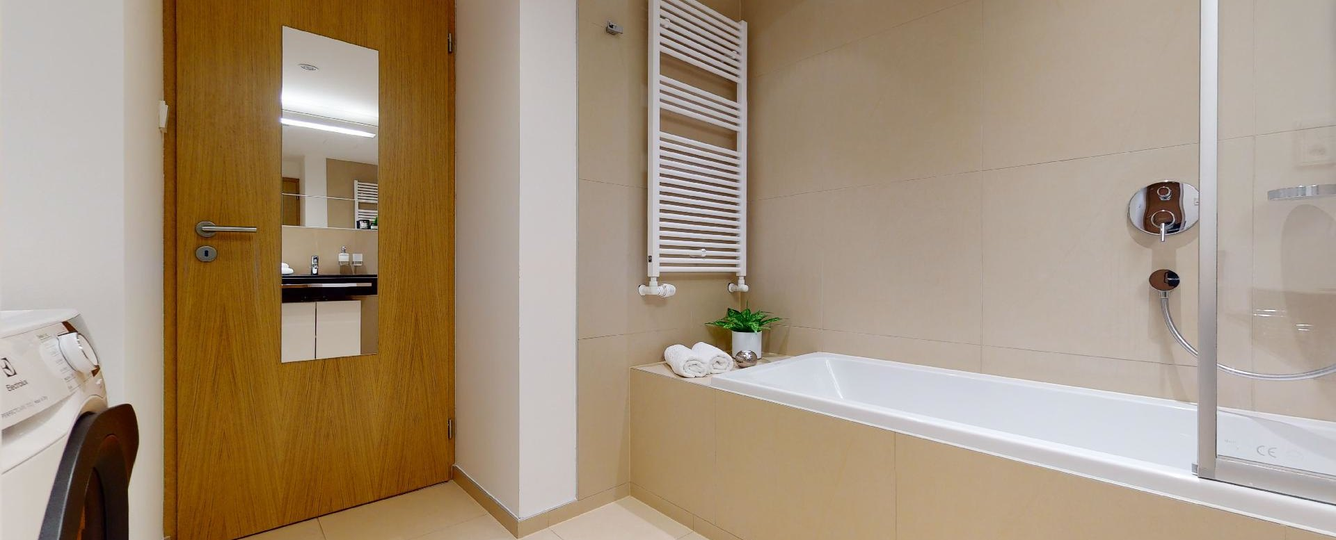 zrkadlo na dverách v kúpeľni