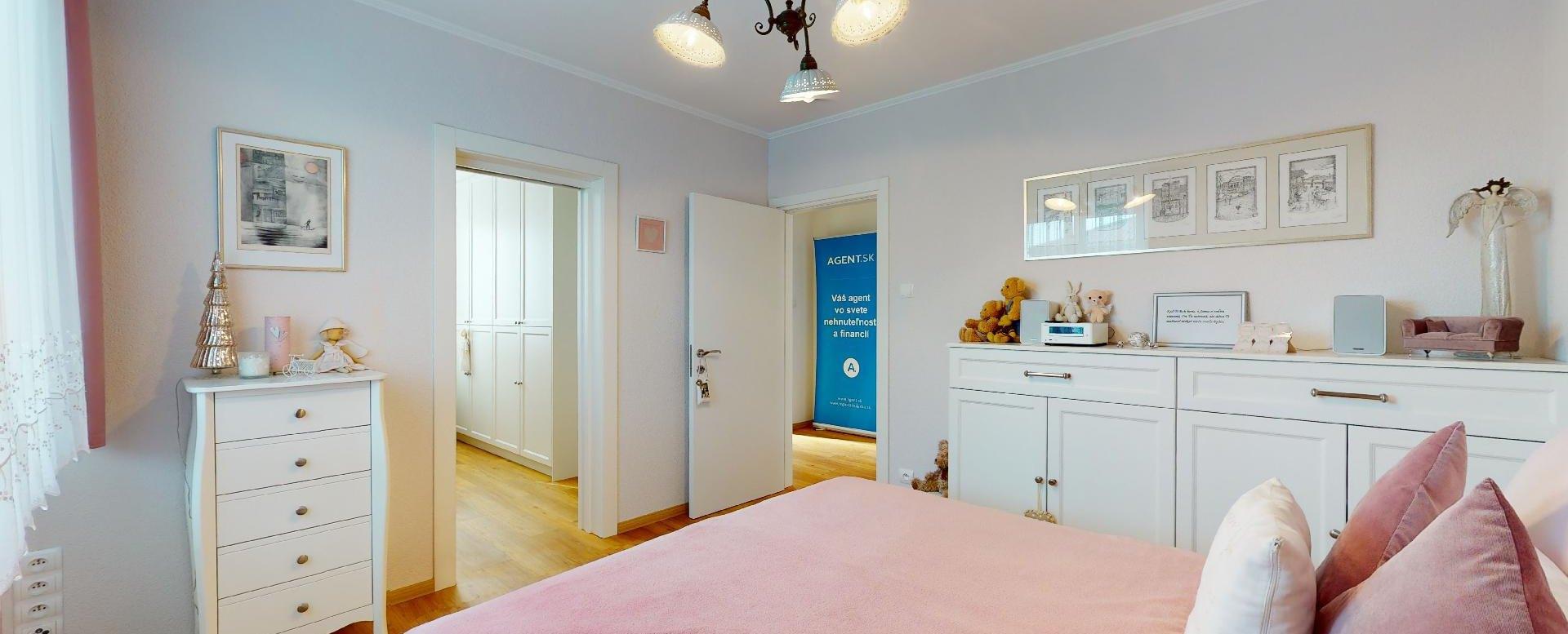 spálňa s manželskou posteľou a komodami