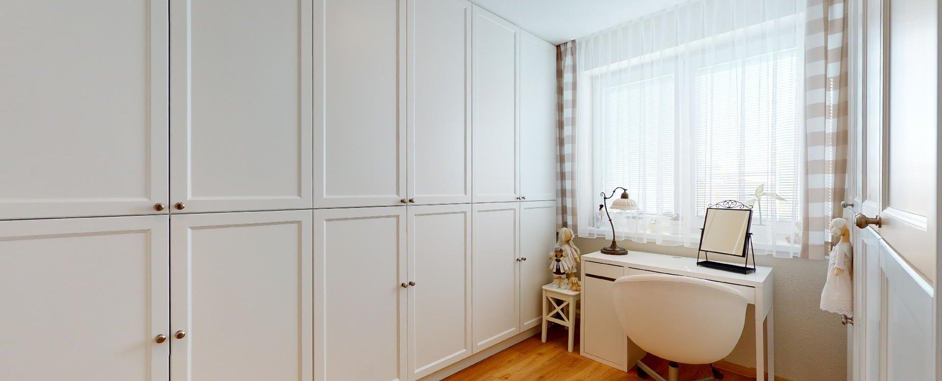 izba so vstavanými skriňami