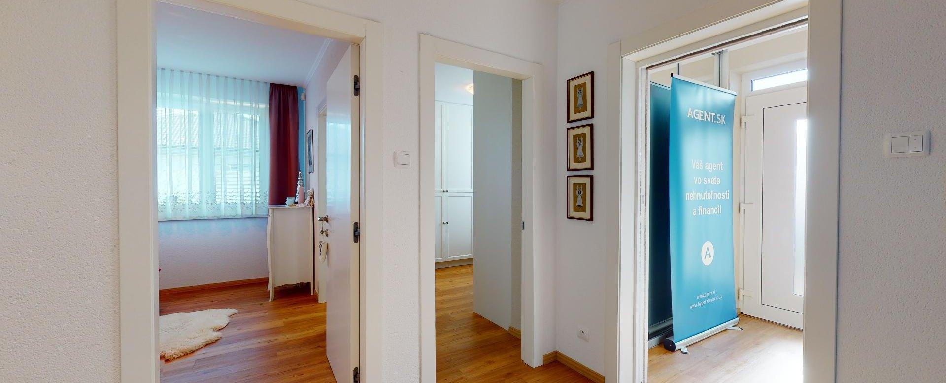 pohľad do vstupov predsiene izby a spáľne