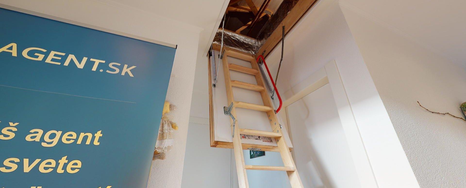 vstup na povalu s 25 m2 úložným priestorom