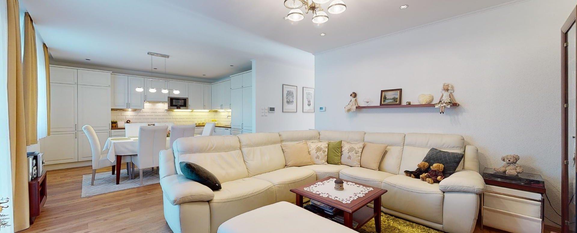 pohľad na obývačku s kuchyňou