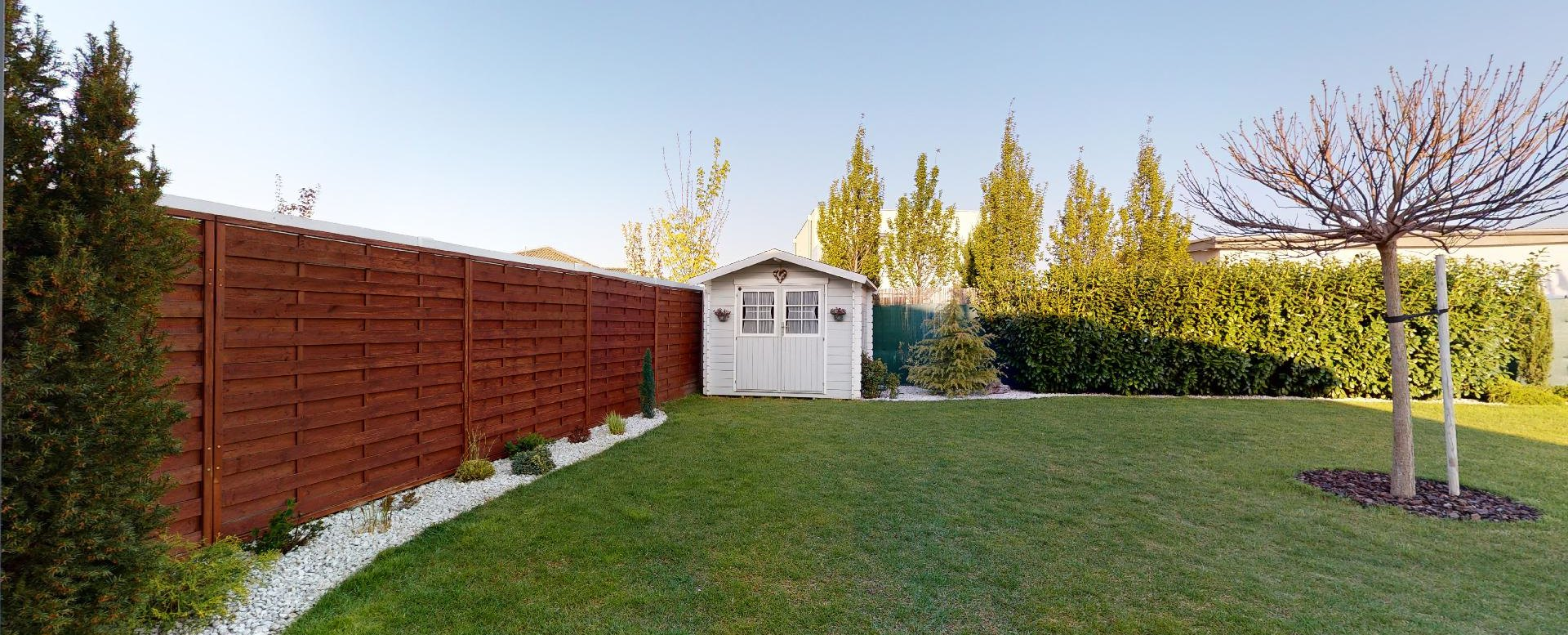 pohľad z terasy na záhradu a záhradný domček