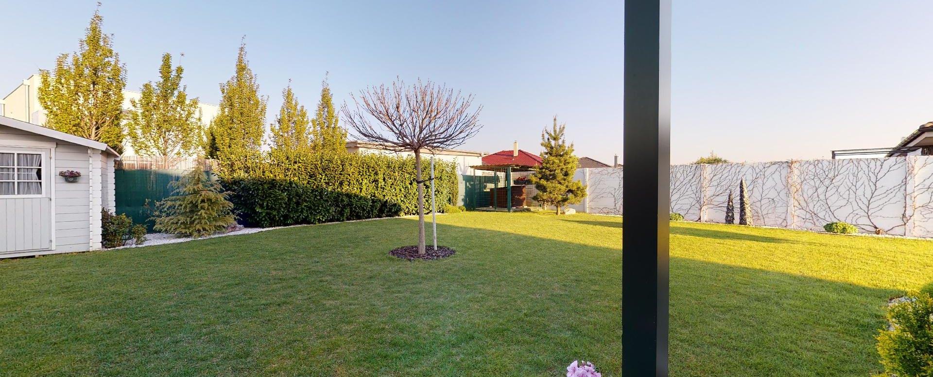 pohľad z terasy na záhradu