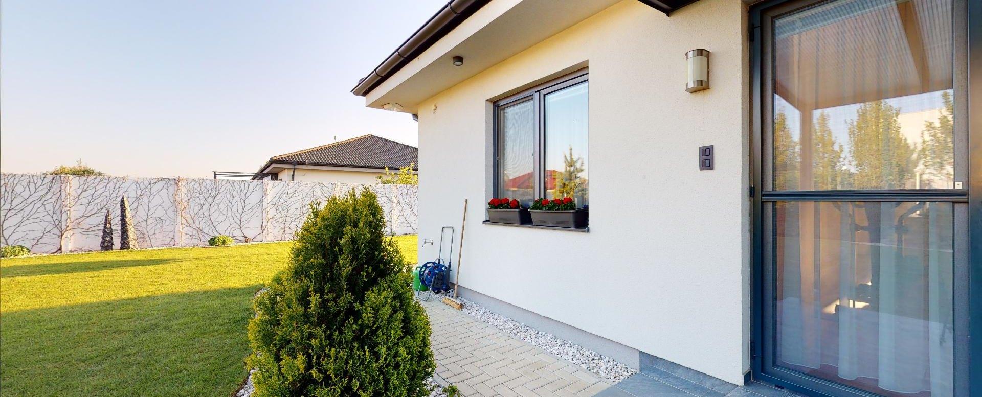pohľad na vstup do domu z terasy