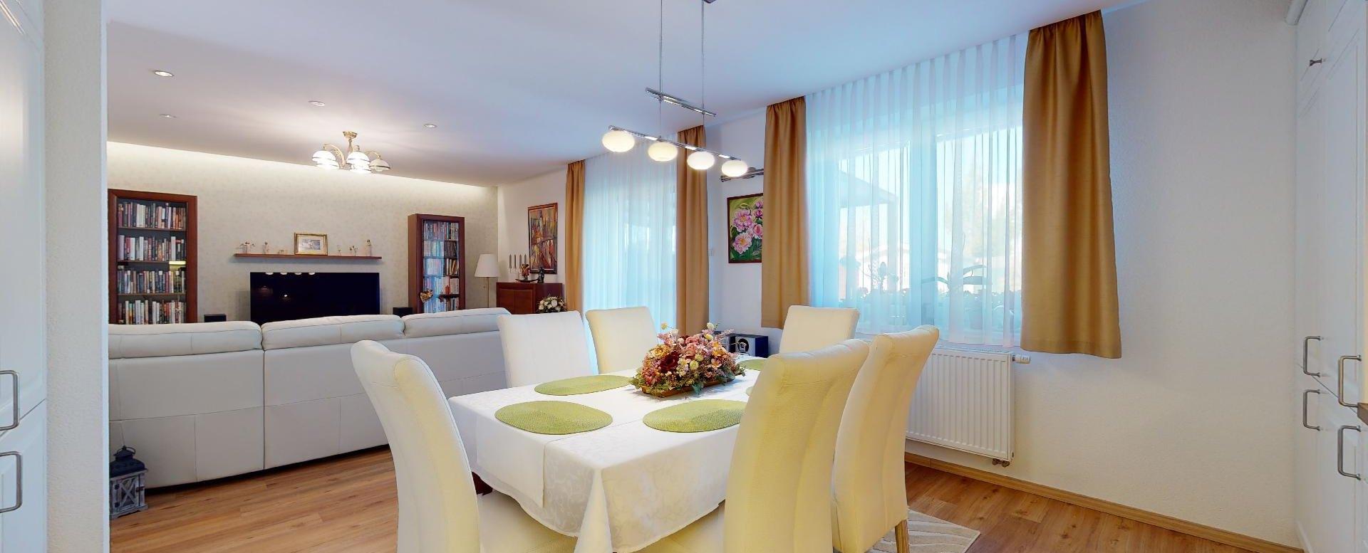pohľad na kuchynský stôl a obývačku