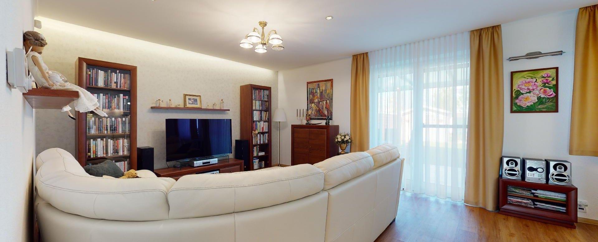 pohľad na obývačku z ľavej strany