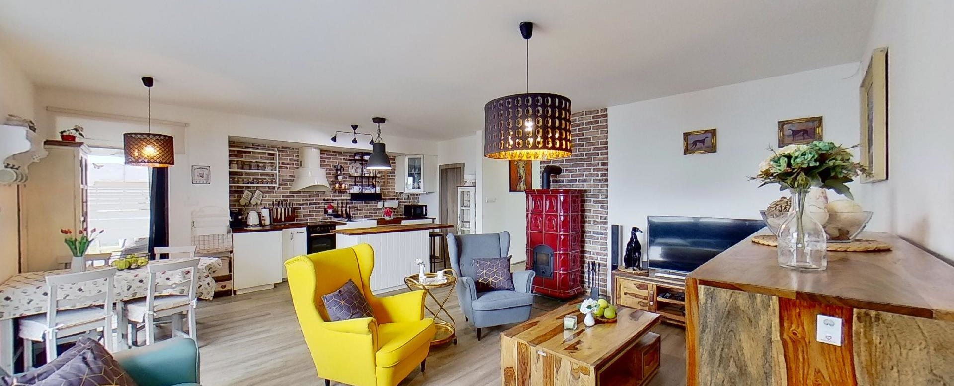 pohľad z obývacej časti do kuchyne