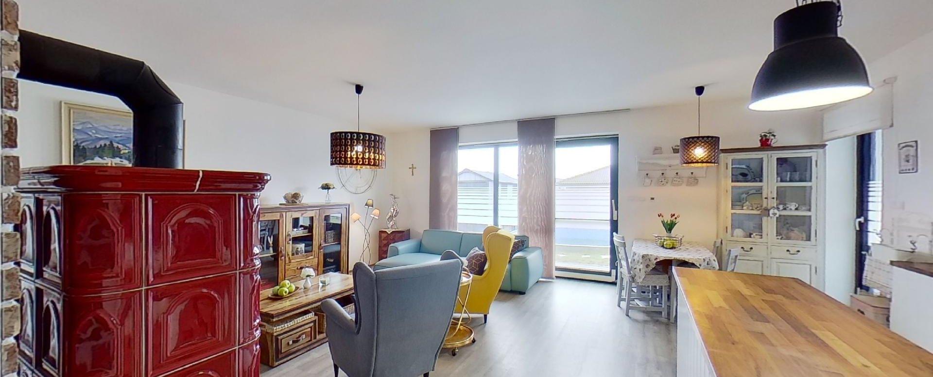 pohľad do obývacej izby s kuchyňou