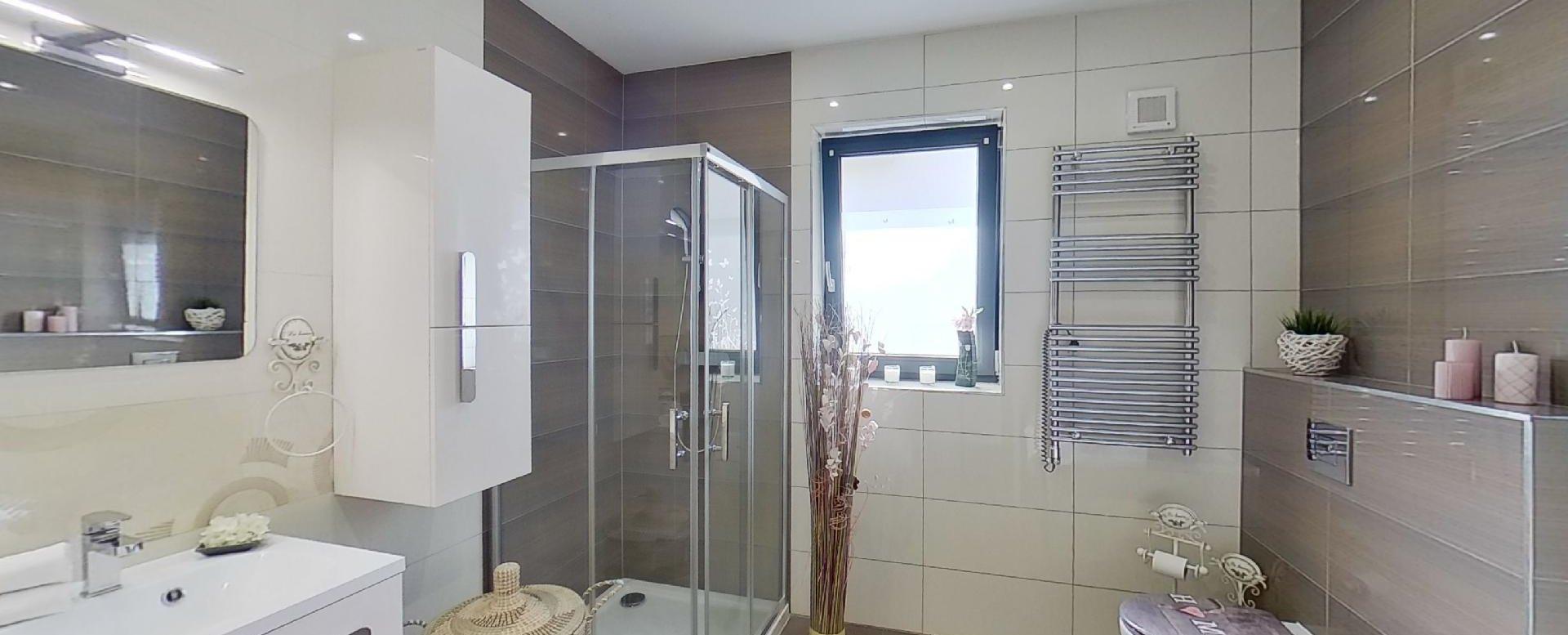 kúpeľňa so sprchovým kútom a vaňou