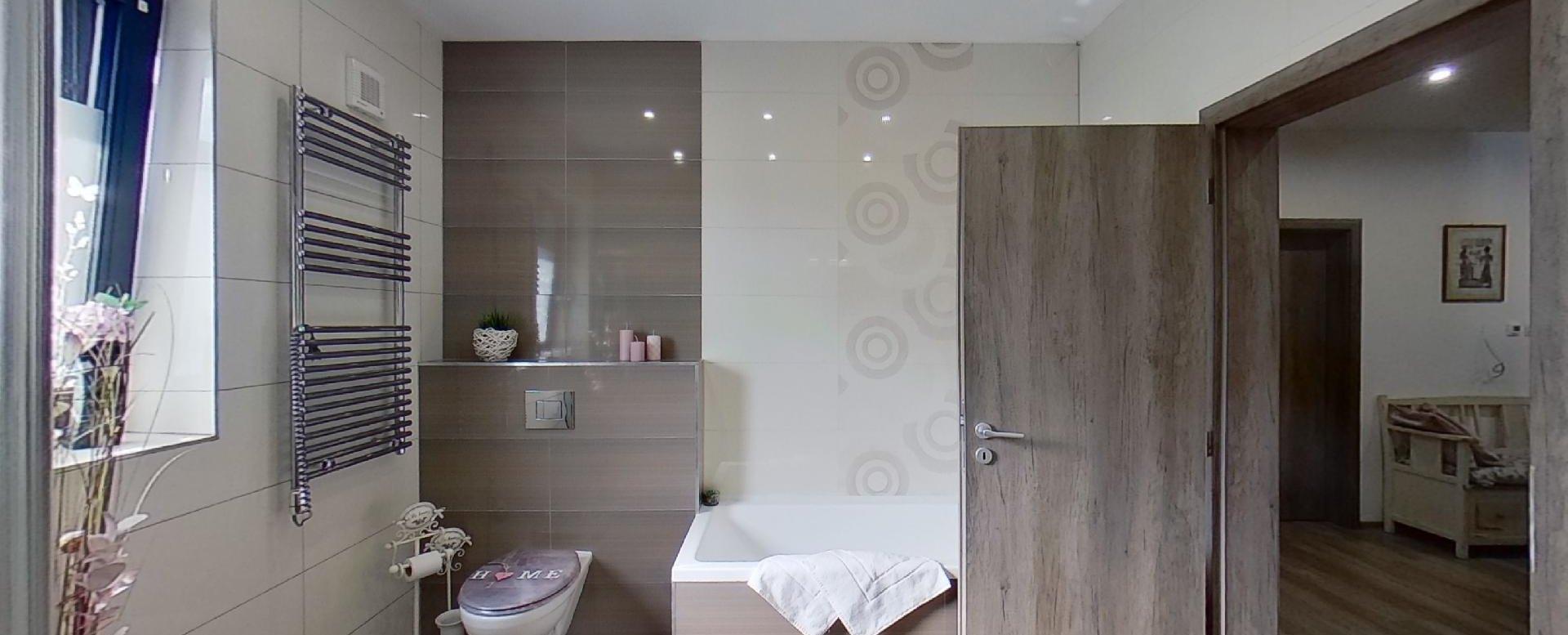 pohľad na toaletu, radiátor a vaňu