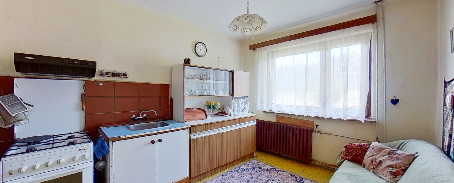 kuchyňa s kredencom a sporákom