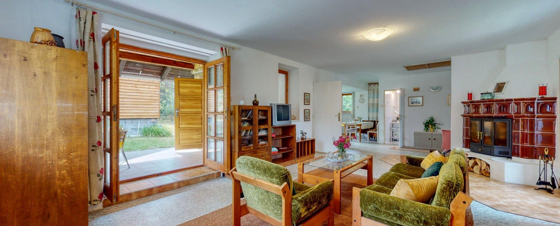 Pohľad do obývacej izby s nábytkom a TV