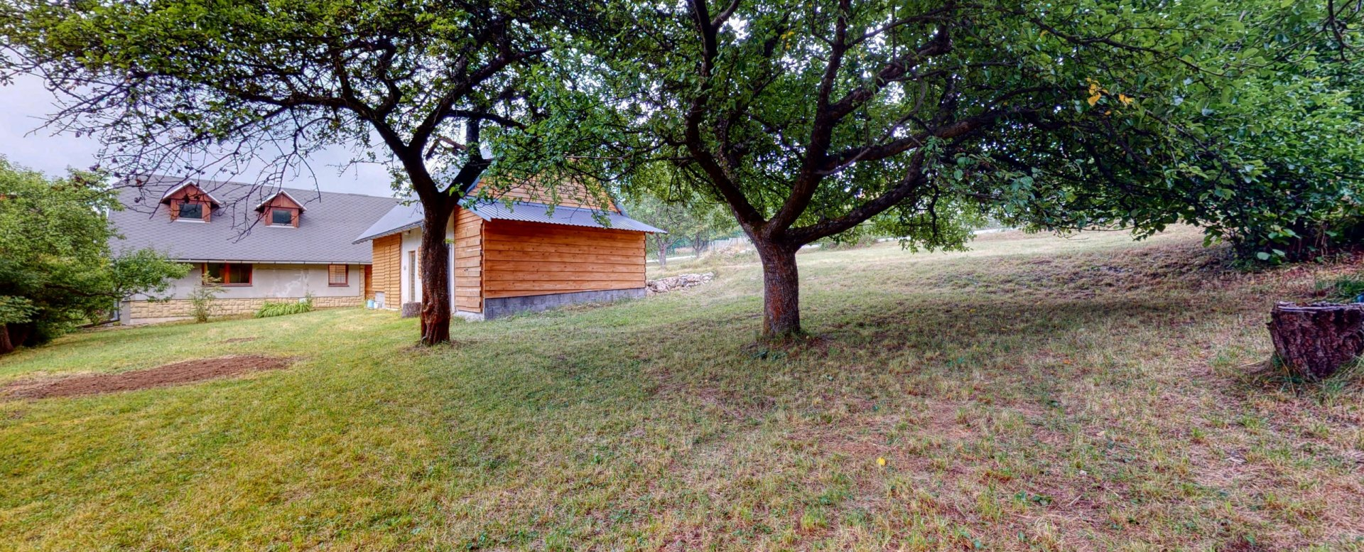 Pohľad na záhradu, hospodársky objekt a dom