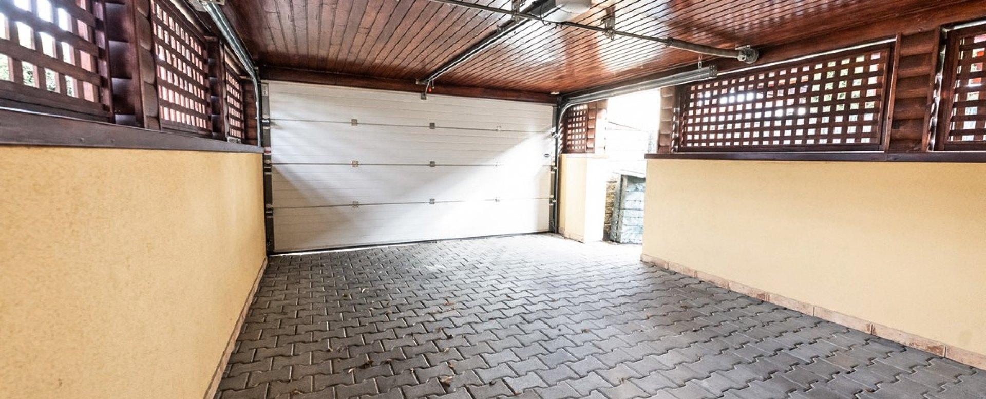 prístrešok pre autá s garážovou bránou