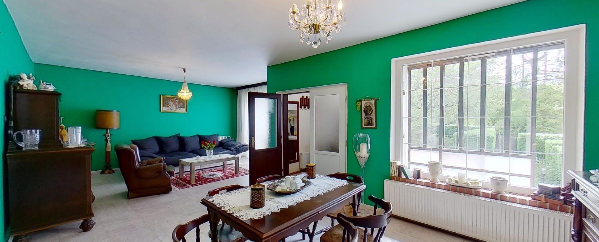 pohľad na obývaciu izbu, jedáleň a vstup do domu