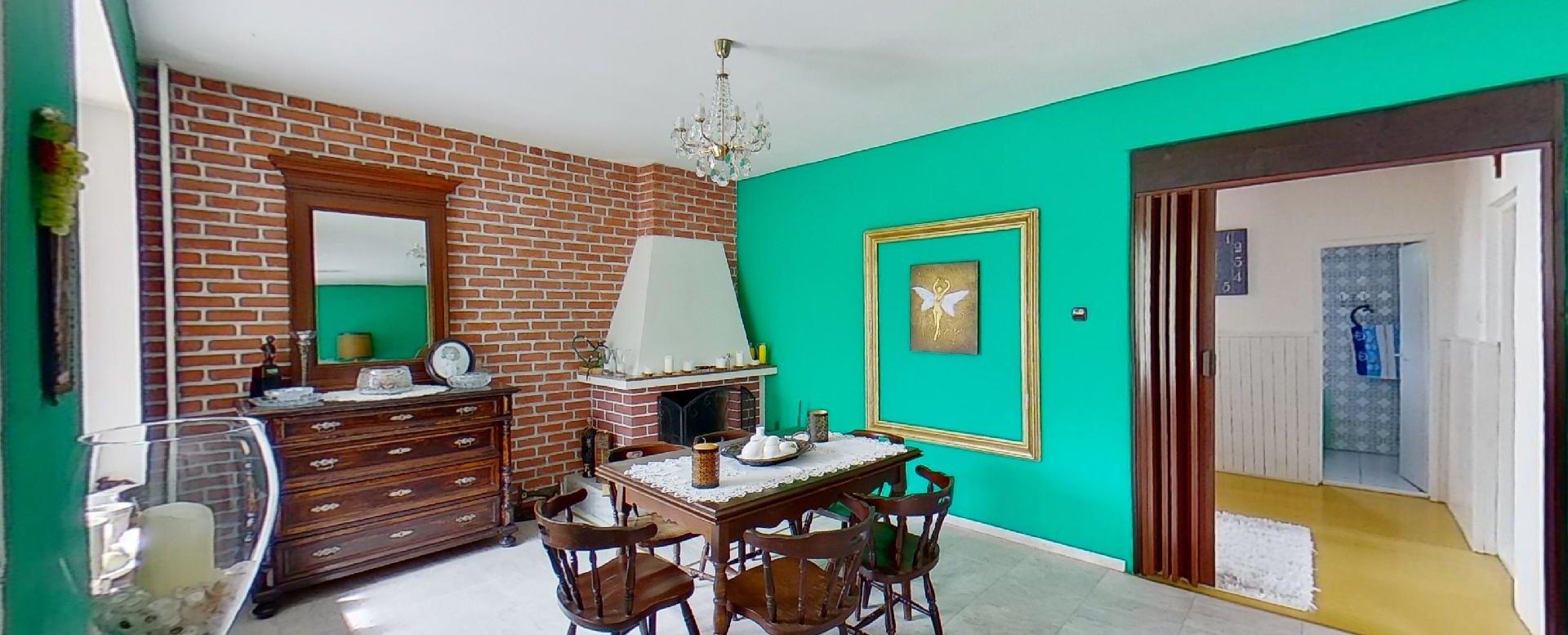 jedáleň s krbom v obývacej izbe