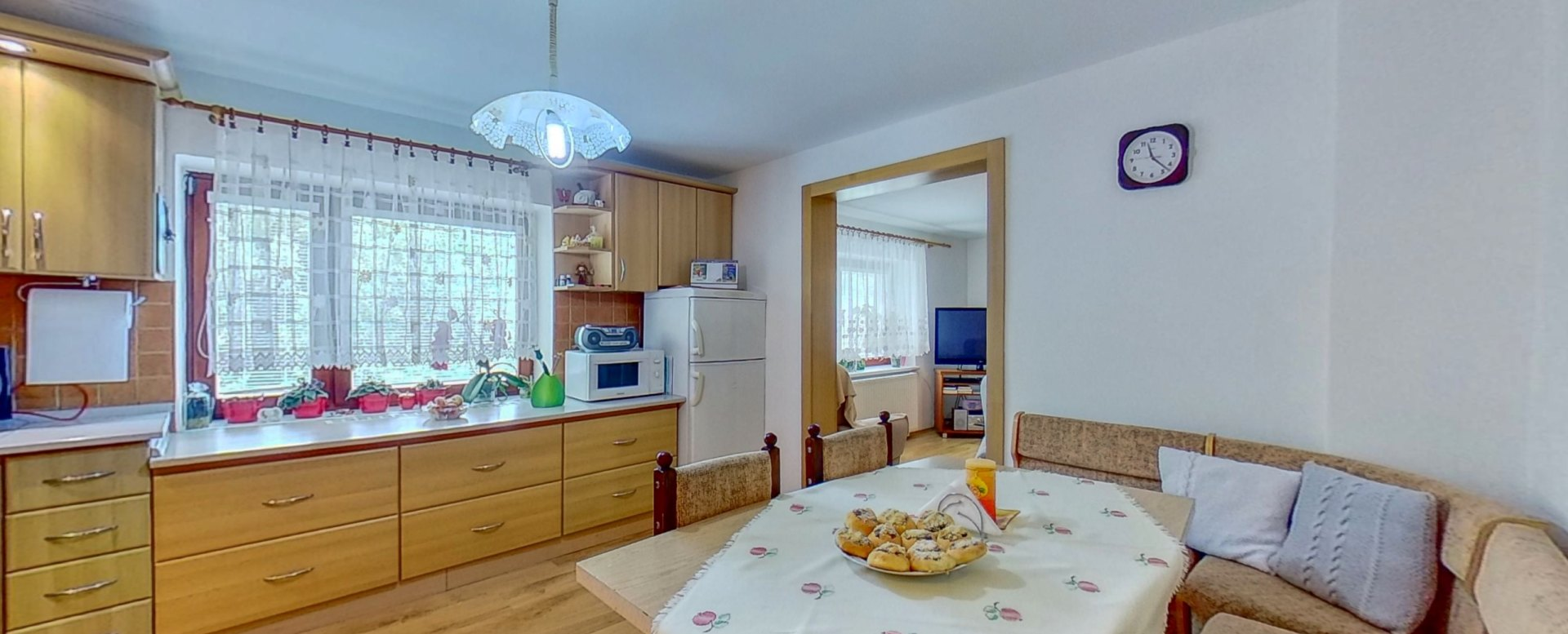 Jedálnesky stôl a lavica v kuchyni