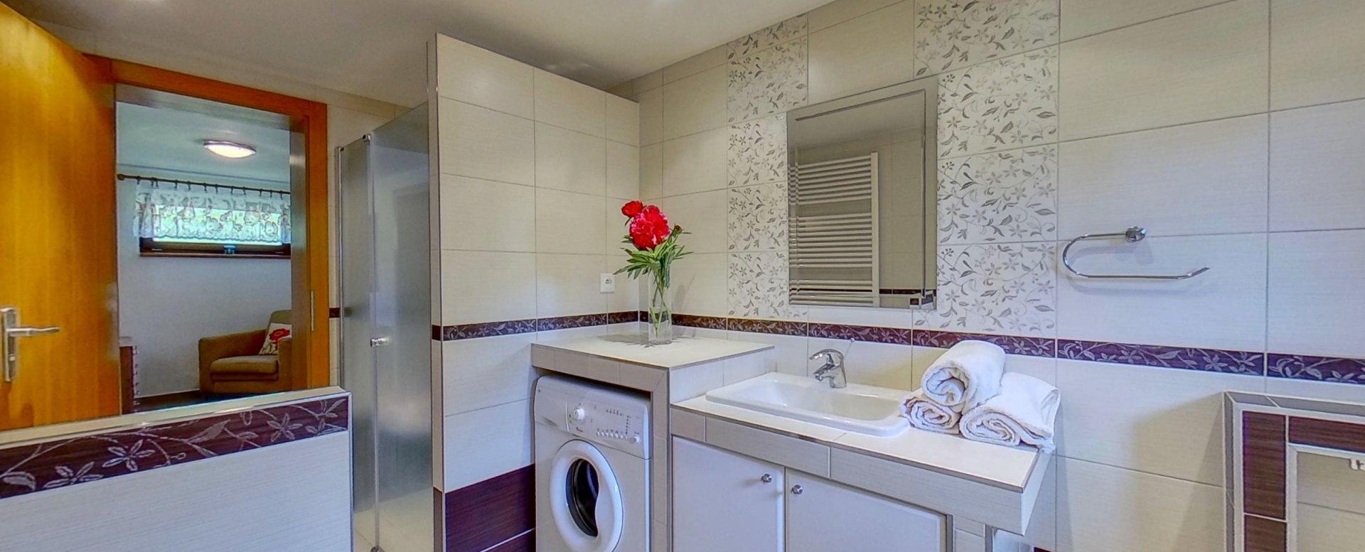 Kúpeľňa s vaňou, toaletou a sprchovým kútom