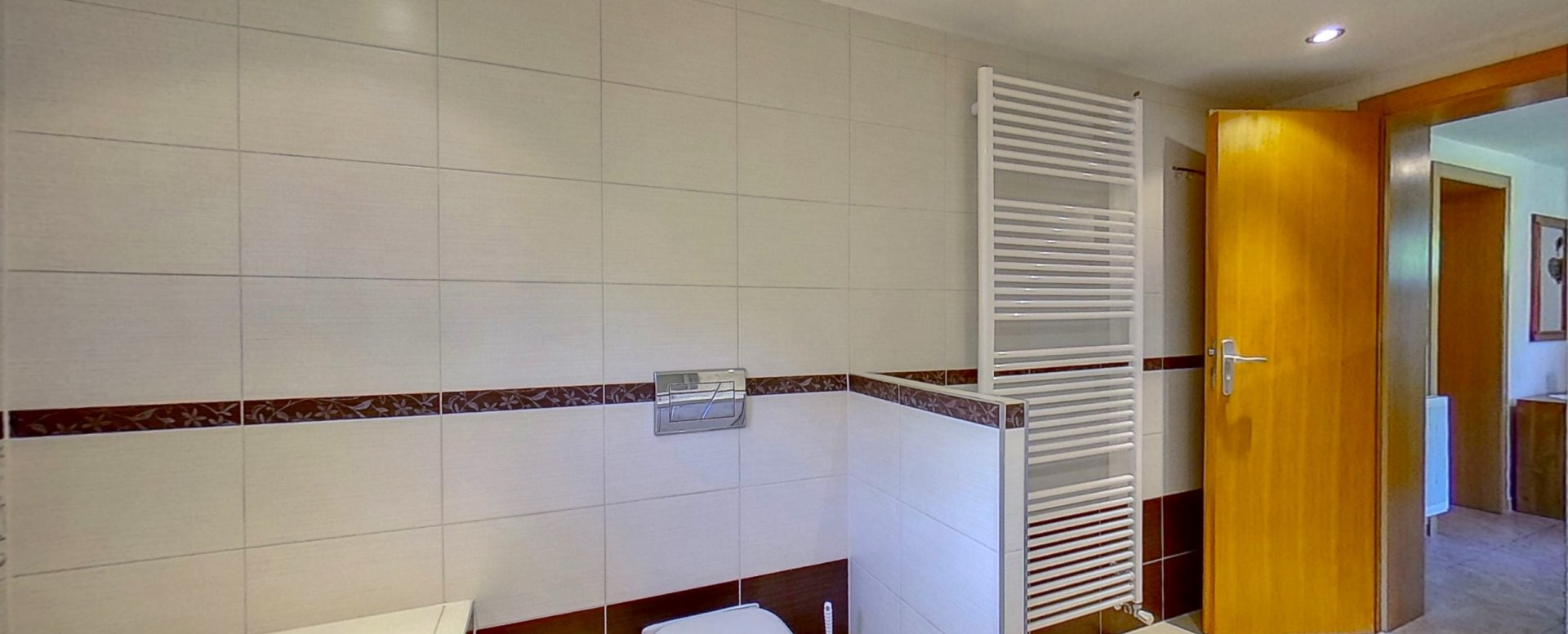 Kúpeľňa s vaňou a toaletou