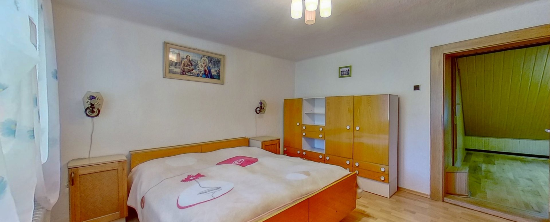 Manželská posteľ v podkrovnej spálni