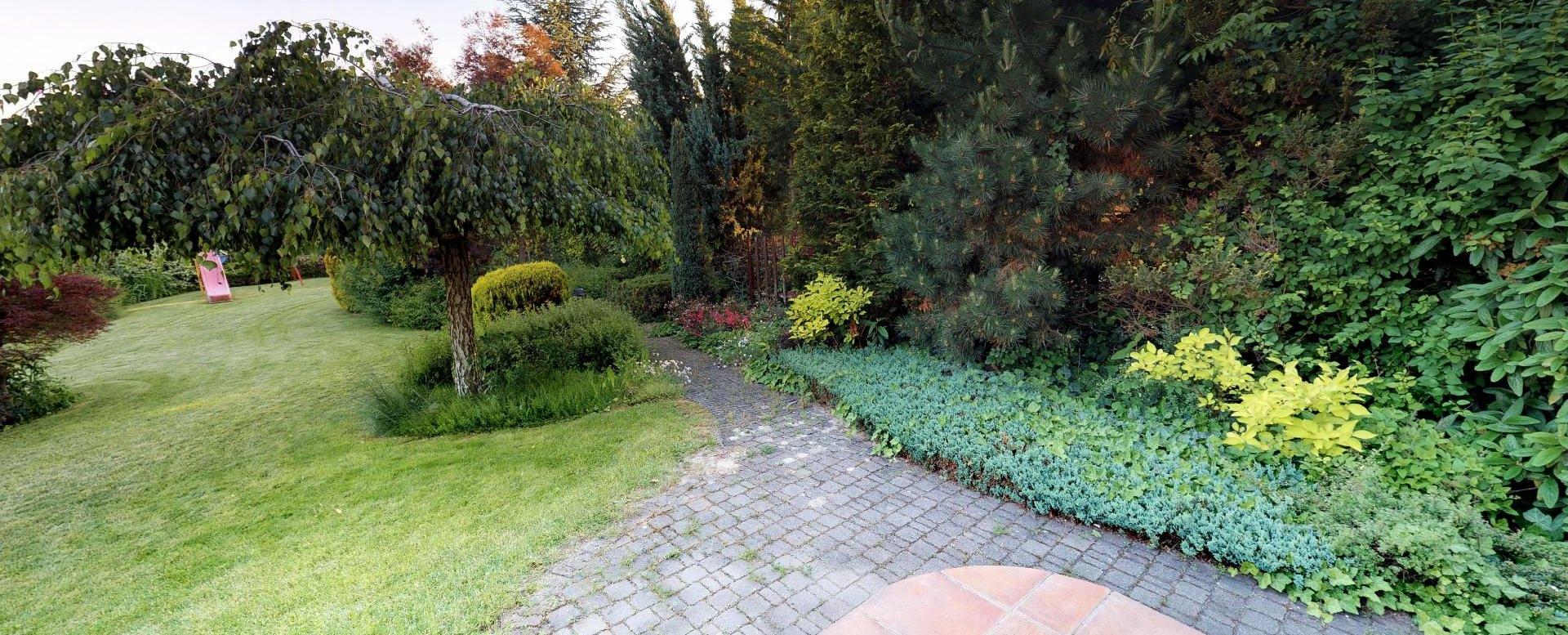 chodníky a stromy v záhrade