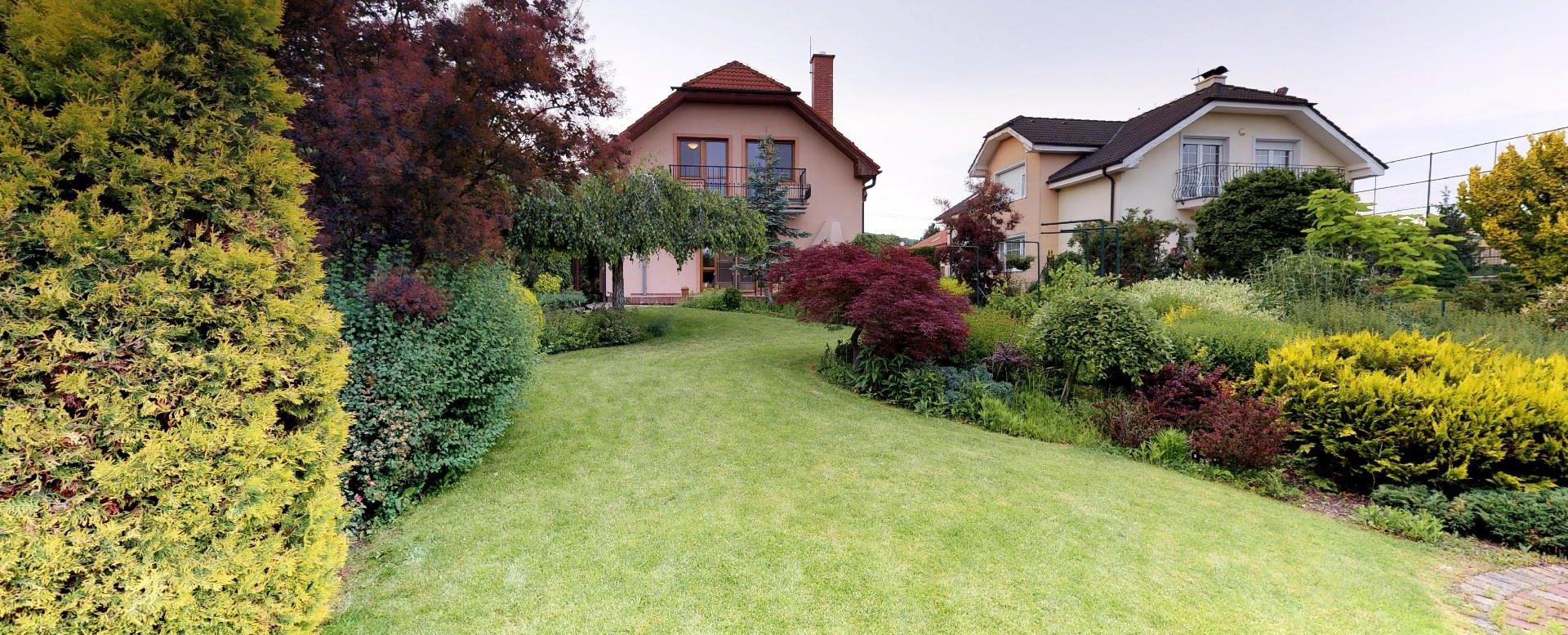 Pohľad na dom zo záhrady