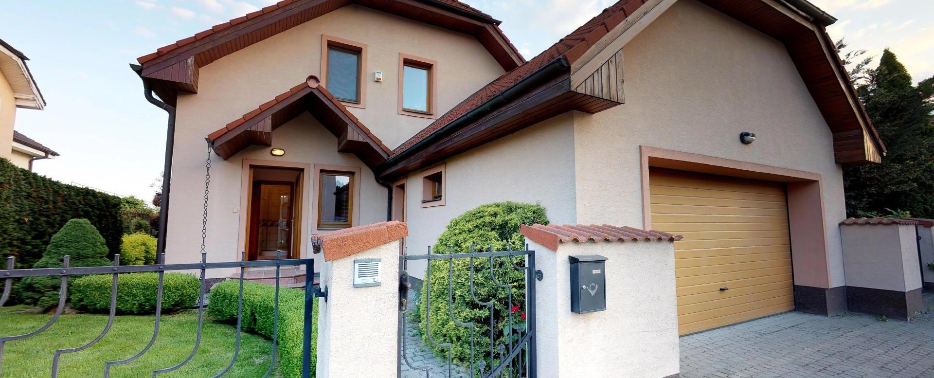 Pohľad na dom a garáž z ulice