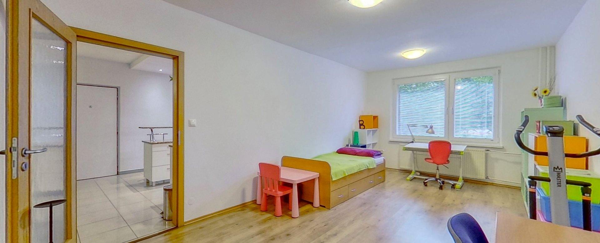 Pohľad na vstup a nábytok v destkej izbe